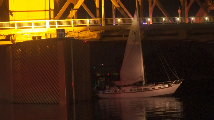 Alleged boat thief gets stuck against Tower Bridge